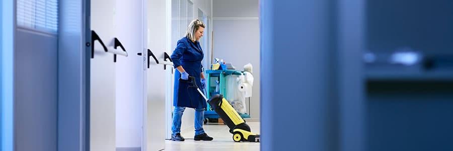 машинно миене на твърди подови настилки
